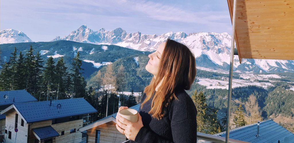Kaffee genießen in der Sonne mit Blick auf die Berge