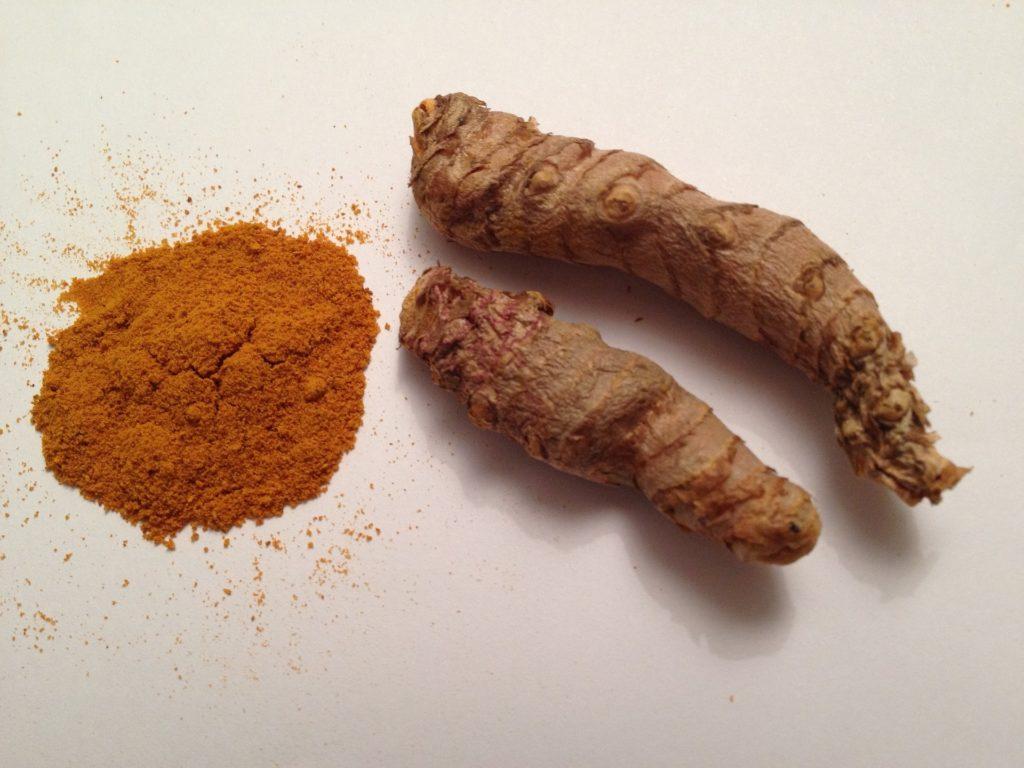 Gelbe Ingwerwurzeln und Curcuma Pulver