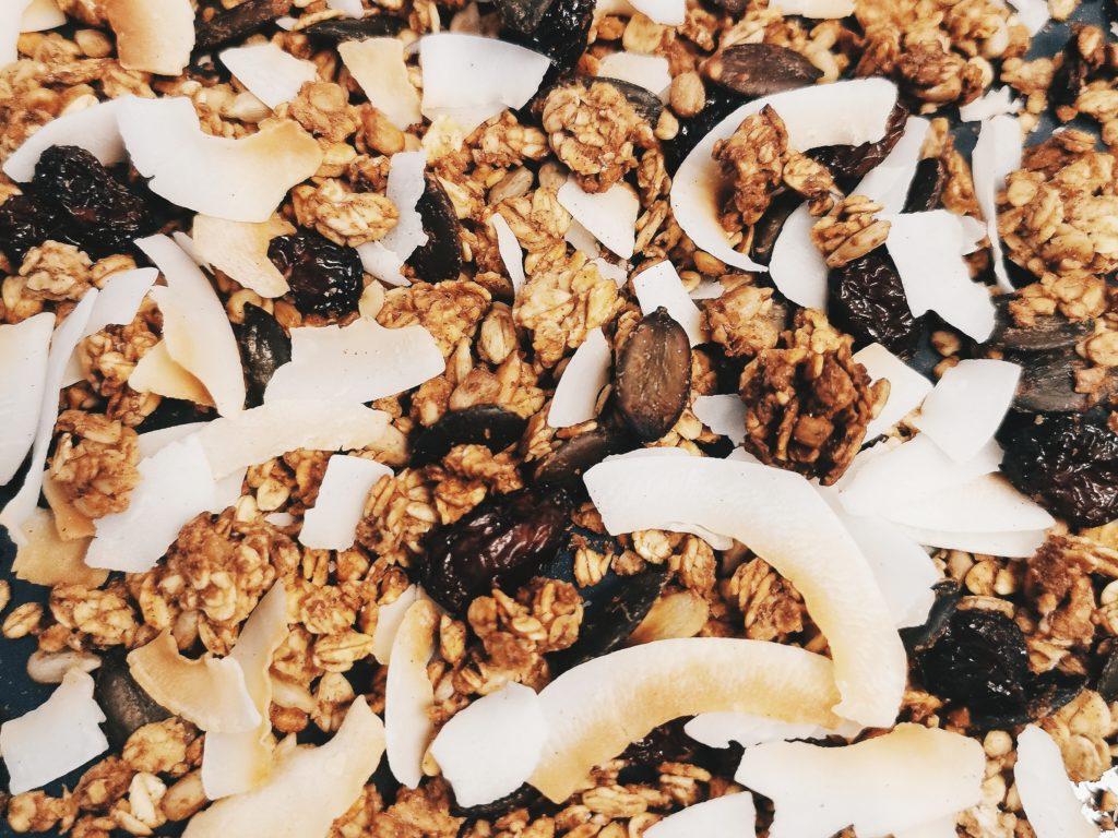 Granola mit Kürbiskernen, Kokos und Cranberries